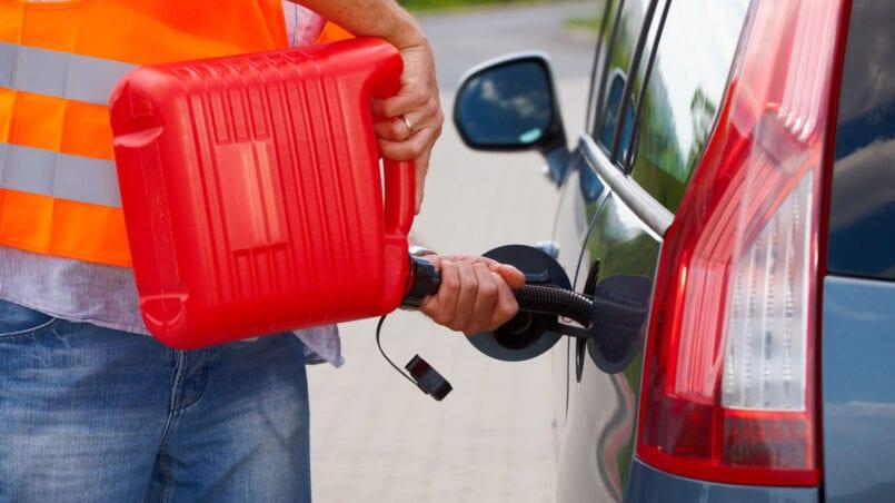 Como pasar gasolina de un coche a otro