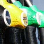 El coche en punto muerto gasta gasolina