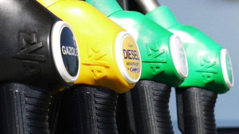 Un coche gasta 8 litros de gasolina cada 100 kilometros
