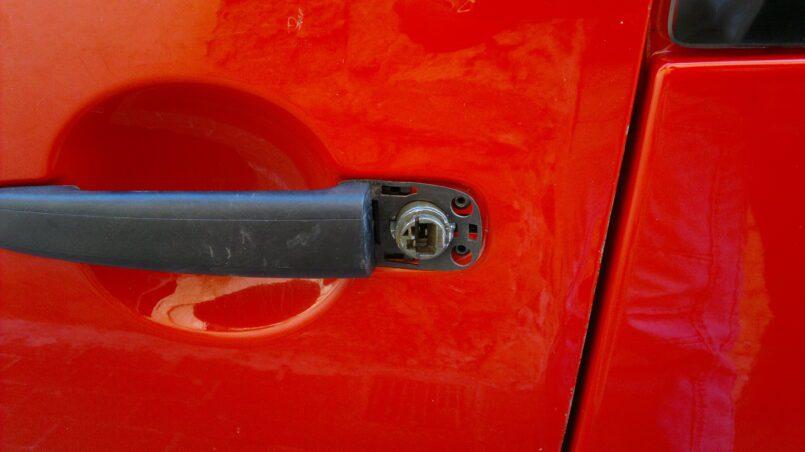Arreglar bombin puerta auto
