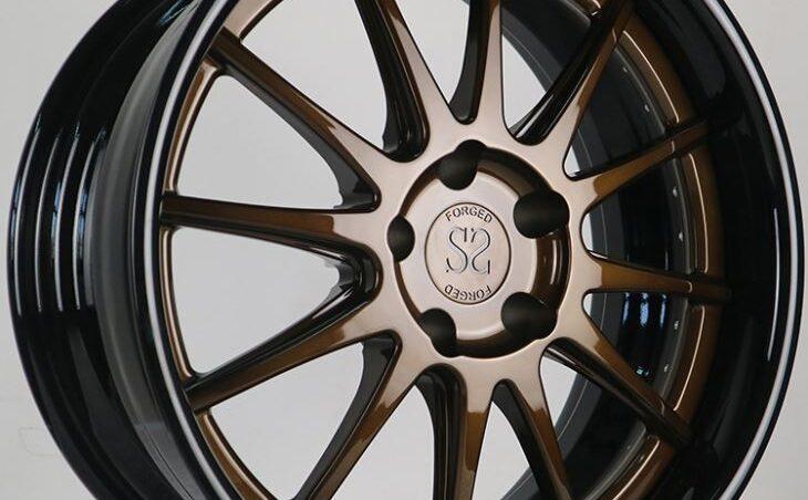 Auto negro llantas bronce